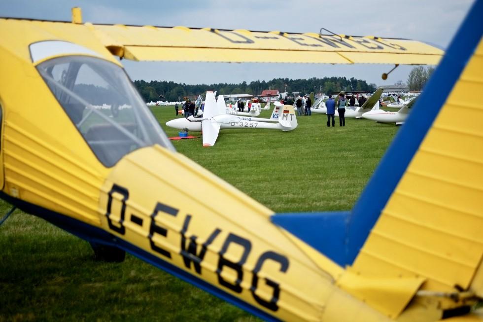 120 Segelflugzeuge warten auf ihre Startfreigabe und die Schlepp-Wilgas.
