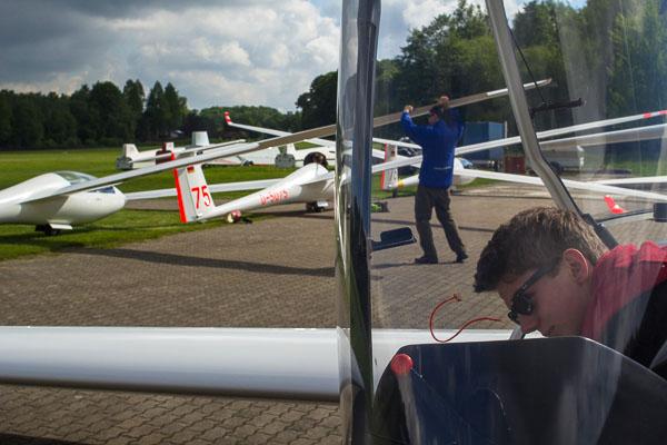 Wir holten fast alle Flieger aus der Halle. Nach den Starts waren nur noch der Windenfahrer, der Lepofahrer und die Luftaufsicht am Boden.